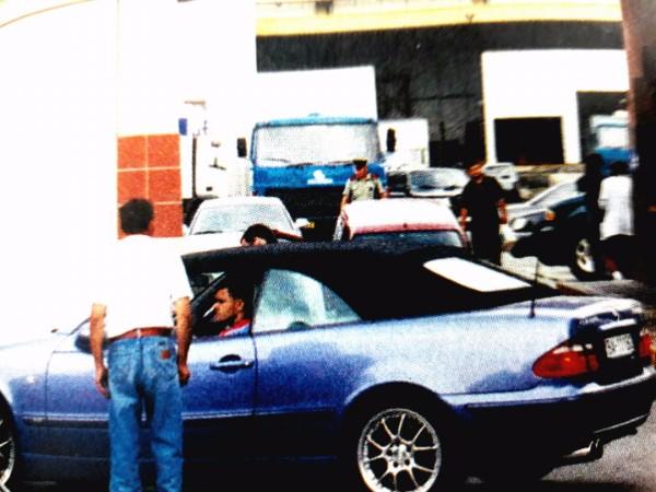 Tesne po vražde vplyvného muža bratislavského podsvetia Petra Steinhübela, prezývaného Žaluď, sa na mieste jeho popravy zjavil modrý Mercedes a v ňom známy mafiánsky boss Peter Čongrády.