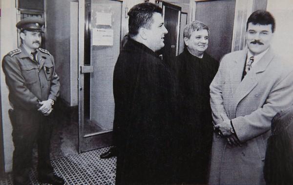 Mikuláš Černák a Ján Kán, keď sa prišli dobrovoľne vzdať na políciu v roku 1997. Černák vtedy netušil, že tento výlet bude dlhší ako predpokladal.